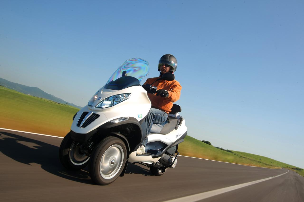Piaggio mp3 roller mit hybrid hytech technologie