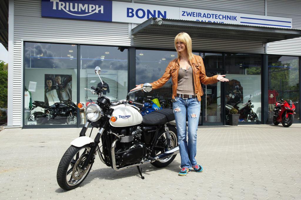 triumph bonneville | ridingirls