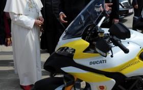 Papst_Bendikt_XVI_Ducati-Multistrada-1