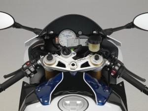 Gemacht um schneller zu sein, das Cockpit der HP4 mit dem großen, zentralen Drehzahlmesser.