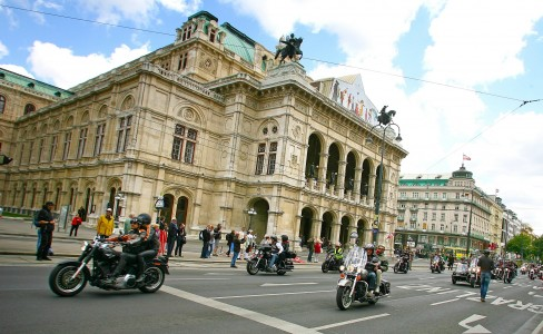 Ob nun auf einer Harley oder einer anderen Marke ist egal - eingeladen ist jeder bei den Vienna Harley Days 2013.