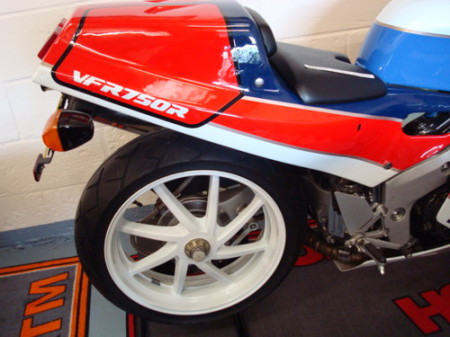 Honda-VFR750R-RC30-5