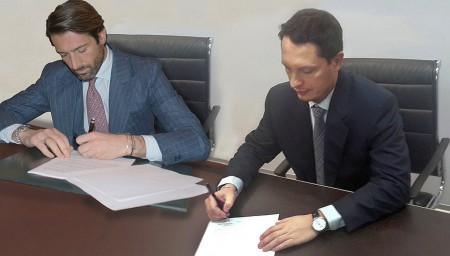 """Andere Partnerschaften sind dagegen bereits unter Dach und Fach, wie die Rückkehr in den Motorsport mit dem """"MV Agusta Reparto Corse - Yakhnich Motorsport Team"""". Im Foto Giovanni Castiglioni (links) und Alexander Yakhnich beim Unterzeichnen der Verträge Ende 2013."""