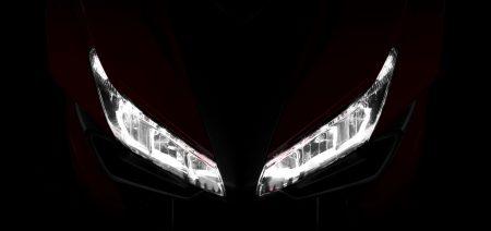 Auch die Honda CBR500R trägt nun aggressiv schauende LED-Scheinwerfer.