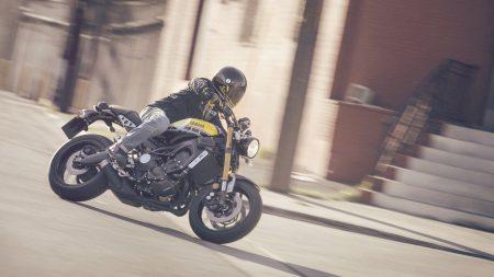 Wir sehen: die Yamaha MT-09 auf Retro getrimmt und nun als XSR900 unterwegs.