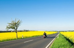 Motorradfahren wie es sich auch in den kommenden Jahren nicht so schnell ändern wird - klassisch per Verbrennungsmotor. Die Zukunft wird zeigen, ob in den kommenden 10-20 Jahren tatsächlich die groß angekündigten Fortschritte in bezahlbare Serienmotorräder einfließen werden.